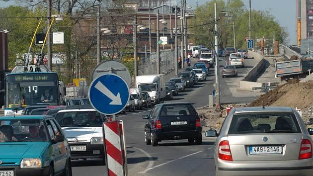 Kolona aut v centru Ostravy