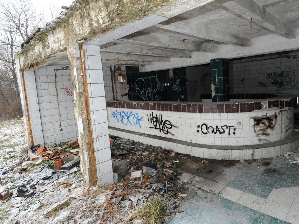 Ruiny, které se staly rájem bezdomovců, nechají představitelé Ostravy zbourat.
