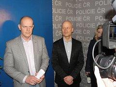 Náměstek ředitele moravskoslezské policie Radim Wita (vlevo) a opavský kriminalista Marek Havrlant informovali o dopadení dvou vykrádačů bytů a domů.