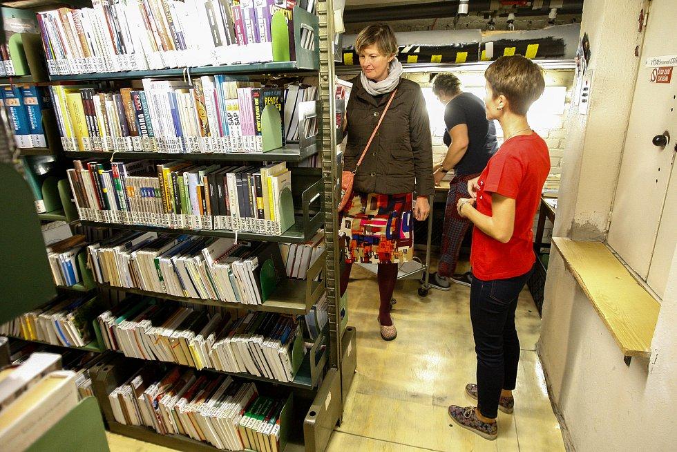 Prohlídka archivu vědecké knihovny v Ostravě v rámci akce Festivalu knihoven. Ilustrační foto.