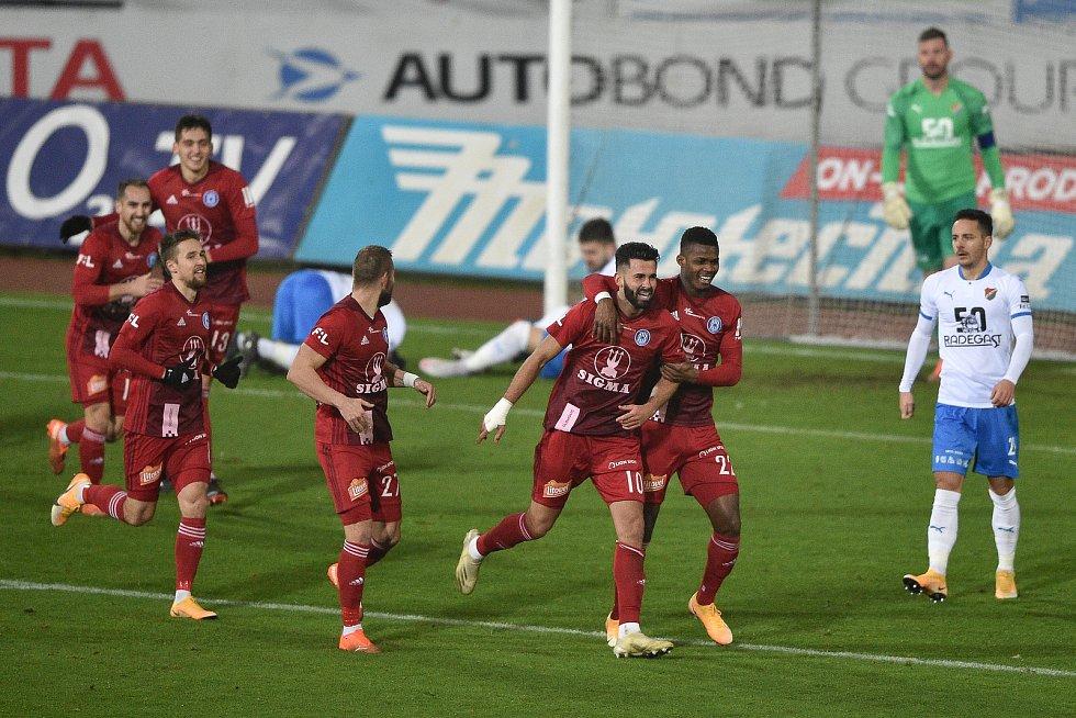 Utkání 13. kola první fotbalové ligy: FC Baník Ostrava - Sigma Olomouc, 18. prosince 2020 v Ostravě. Olomouc oslavuje gól na 0:1 (střed) Jakub Yunis z Olomouce a Florent Poulolo z Olomouce).