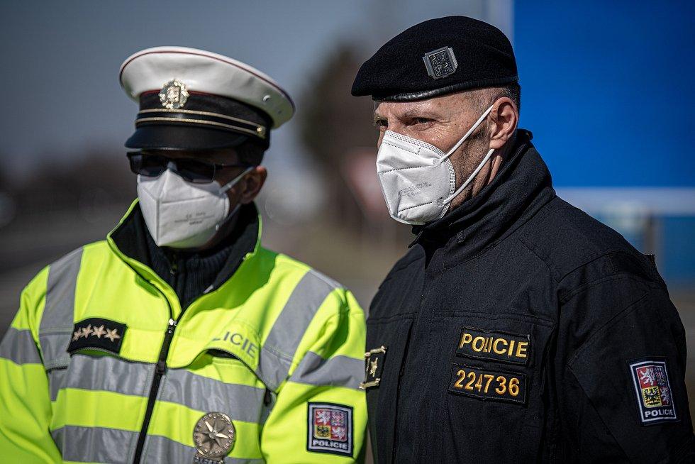 Policejní kontrola mezi okresy Ostrava a Frýdek-Místek na ulici Místecká, 2. března 2021 v Ostravě. Ředitel krajského ředitelství (vpravo) Tomáš Kužel.