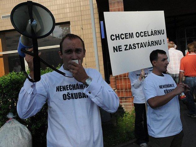Protest před Mittalem. Drobní akcionáři společnosti ArcelorMittal Ostrava chtěli včera ráno protestním happeningem upozornit na počiny většinového vlastníka oceláren, které podle jejich mínění vedou k neoprávněnému vyvádění peněz z ostravské huti.