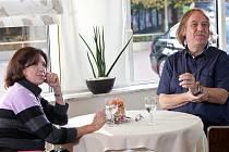 Marie Rottrová a Jaromír Nohavica spolupracují už řadu let. Snímek z natáčení televizního pořadu Ahoj Marie.