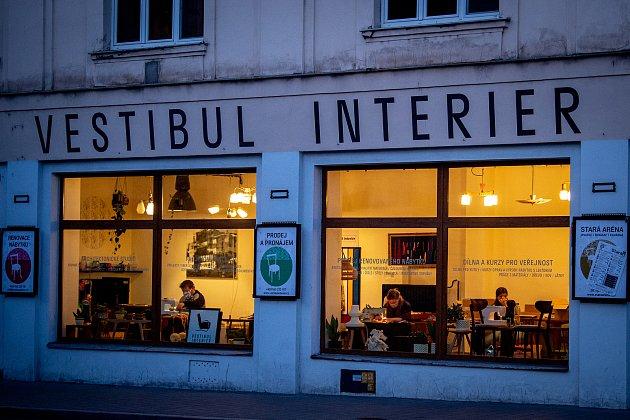 Vestibul Interier vcentru Ostravy se vtěchto dnech změnil na jednu velkou šicí dílnu.
