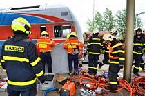 Záchrana muže zraněného vlakem v Ostravě-Svinově.