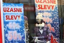 Obchodníci nelenili a okamžitě po Vánocích se snaží přilákat zákazníky do svých obchodů na slevy a výprodeje.