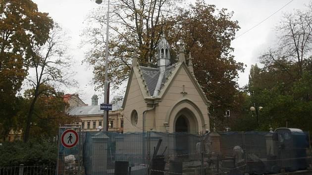 Malá kaplička v Husově sadu naproti budově pošty vznikla jako památka na císařovnu Alžbětu zvanou Sissi.