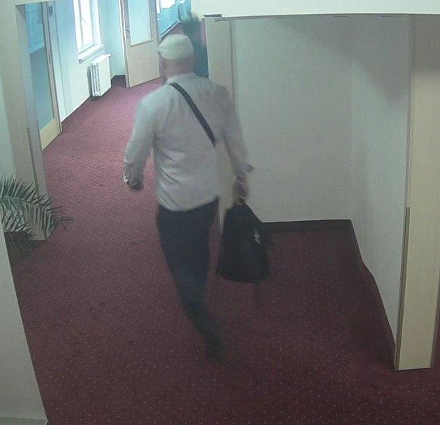 Neznámý zloděj okrádá hosty ubytované vostravských hotelích.