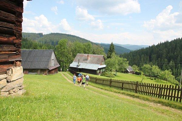 Naučná stezka, která ukazuje dětem zajímavosti přírody Chráněné krajinné oblasti Beskydy, byla otevřena vúdolí Dynčák nedaleko hotelu Horal ve Velkých Karlovicích.