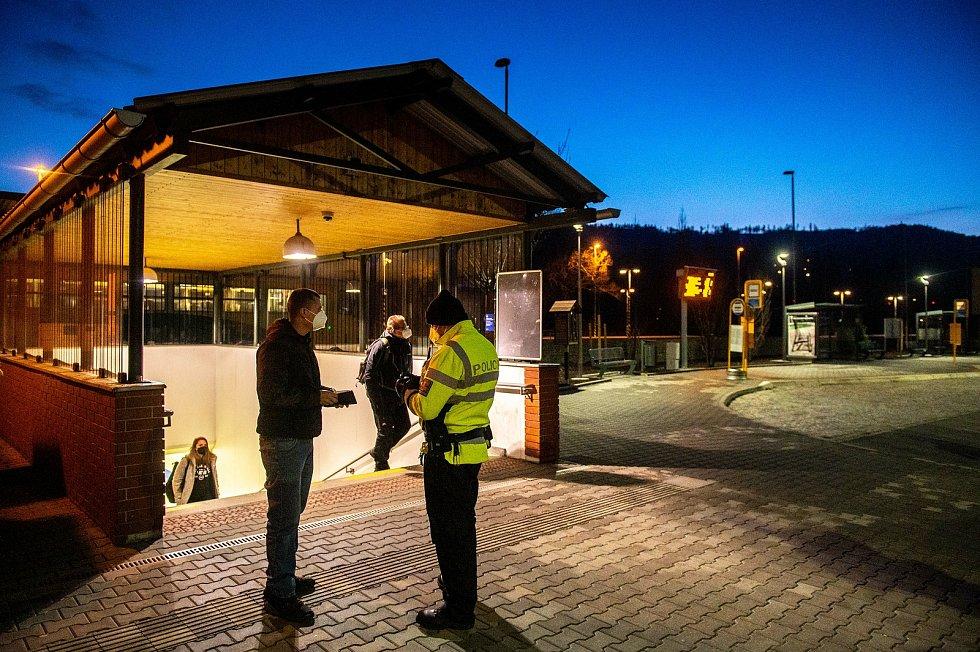 Policie ČR a vojáci začali nařízením vlády ČR kontrolovat, jestli lidé dodržují nová protiepidemická opatření omezující volný pohyb mezi okresy. 6. března 2021 ve Frýdlantu nad Ostravicí.