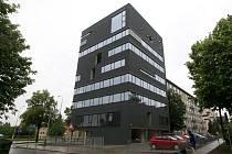 Černý dům navrhl architekt David Kotek z Projekt studia, které mimo jiné vyprojektovalo i městský stadion ve Vítkovicích nebo rekonstrukci hlavního nádraží.