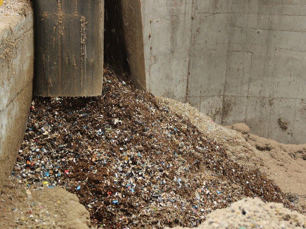 """Cigarety a tabák skončil v """"chapadlu, které náklad přemístilo do drtičky. Výsledkem je drť, která poslouží jako směs do paliva pro cementárnu."""
