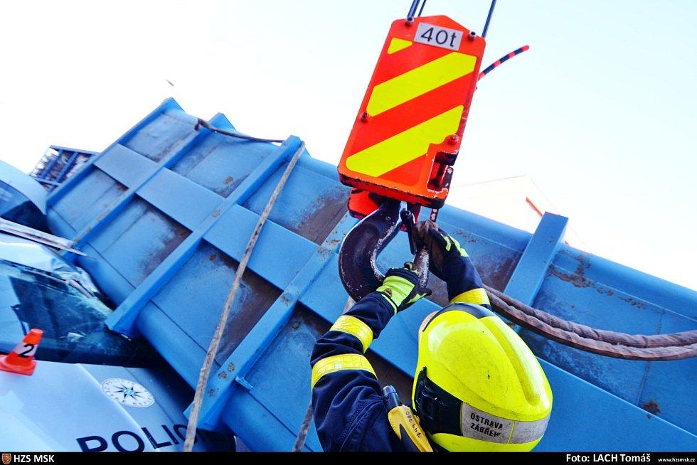 Čtyřtunový kontejner v Ostravě zavalil policejní auto se třemi muži zákona