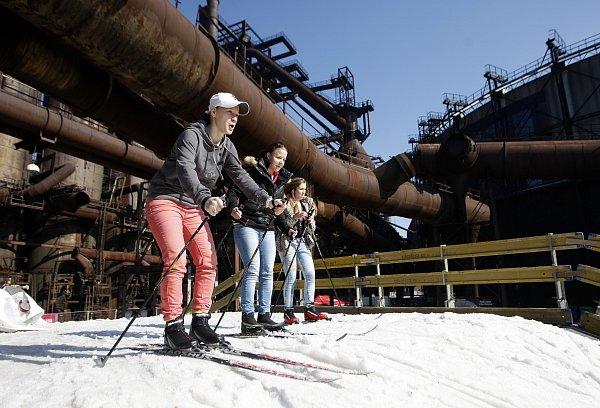 Běžeckou trať zumělého sněhu vareálu Dolní oblasti Vítkovic využilo několik stovek obyvatel Ostravy a okolí.