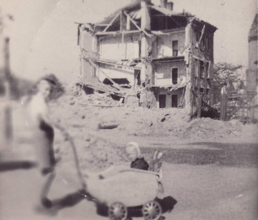 U NÁMĚSTÍ REPUBLIKY.  Vpravo mimo snímek dnes stojí hala Tatran, na snímku okolí dnešního Inegrovaného bezpečnostního centra. Dům v pozadí dostal přímý zásah, jako by jej uřízli.