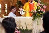 Památku básníka a spisovatele Jaromíra Šavrdy uctili lidé slavnostní mší v kostele svaté Kateřiny v Hrabové
