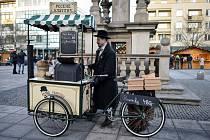 František Petrovič ve svém Koloniálu František peče na vánočních trzích každý den tradiční pochoutku kaštany.