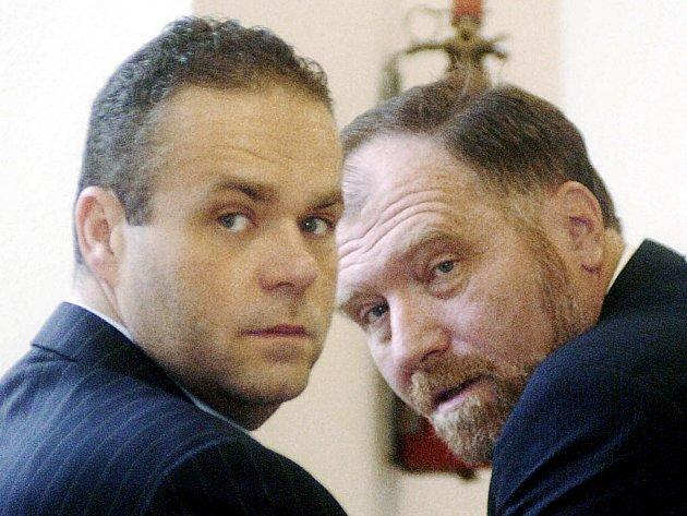 U SOUDU. Uprchlý podnikatel Radovan Krejčíř se svým advokátem Tomášem Sokolem během jednoho ze svých dřívějších procesů.