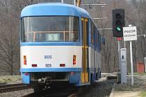 Řidiči na jednokolejce jsou teď pod kontrolou zabezpečovacího zařízení. Pokud by vjeli na trať na červenou a hrozila srážka, tramvaj bude odpojena z proudu.