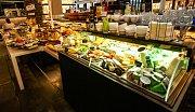 Snídaně v Ostravě. Na snímku nabídka snídaňového menu a interier v restauraci Kaskáda v OC Forum Nová Karolina.