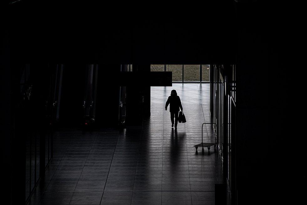 Žena prochází obchodním centre Forum Nova Karolina, 25. února 2021 v Ostravě. Kvůli koronavirové epidemii začala platit povinnost na frekventovaných místech nosit respirátor nebo dvě jednorázové zdravotnické roušky přes sebe.