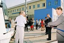Primátor města Ostravy Čestmír Vlček a ředitel DP Ostrava, a. s., František Vaštík (zcela vpravo) slavnostně otvírají rekonstruovanou tramvajovou vozovnu.