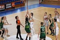 Basketbalistky SBŠ Ostrava (v zeleném) podlehly ve čtvrtfinále play-off ligy brněnským Žabinám 0:3 na zápasy a teď budou hrát o konečné umístění na 5. až 8. příčce.