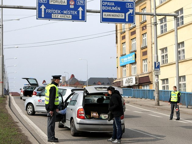 Policisté v neprůstřelných vestách a se samopaly v rukou obsadili ve čtvrtek dopoledne centrum města a všechny výpadovky vedoucí z Ostravy.