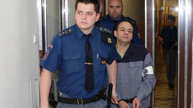 Josef Demeter, který ve frýdecko-místeckém Hotelovém domě Permon ubodal svou bývalou přítelkyni, přichází ke Krajskému soudu v Ostravě.