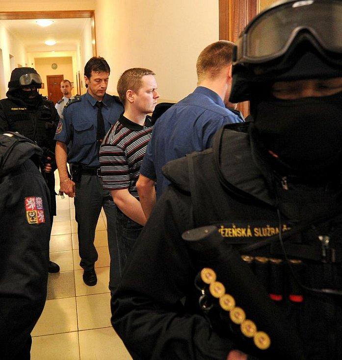 Vězeňská služba přivádí ke Krajskému soudu v Ostravě radikály obžalované ze žhářského útoku vůči romské rodině z Vítkova.