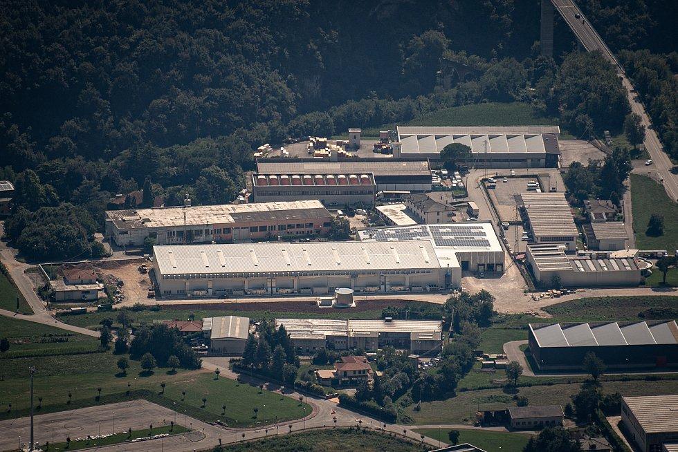 Pohled na sklad Gran Moravia které se nachází ve městě Cogollo del Cengio z místa Paù Saddle, 12. srpna 2021 v Caltrano v provincii Vicenza, Benátsko, Itálie.