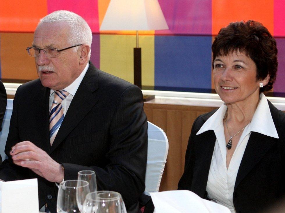 Prezident České republiky Václav Klaus u slavnostní tabule, po jeho levici náměstkyně hejtmana pro školství Věra Palková.