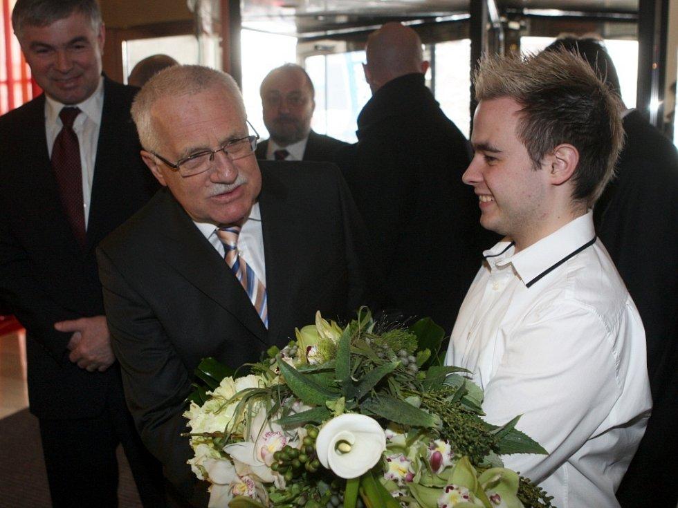 Prezidenta České republiky Václava Klause přivítali v hotelu Imperial květinami.