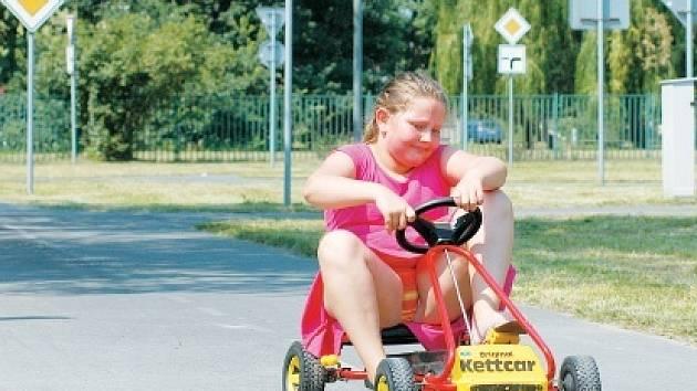 Školní hřiště u Základní školy Alberta Kučery v Ostravě-Hrabůvce slouží dětem i o prázdninách. Jihoostravská radnice chce, aby se mládež zapojila do sportování. Slibuje si od toho snížení dětské kriminality.