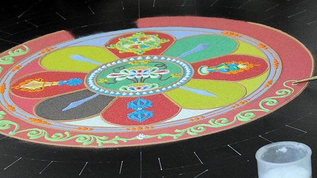 Sypání mandaly tisícirukého buddhy milosrdného na půdě Ostravské univerzity.