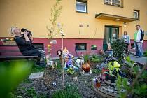 Velikonoční zahrádka v městské části Poruba, duben 2019 v Ostravě. Autorkou díla u činžáku za porubskou pekárnou, které upoutá snad každého kolemjdoucího, je Lenka Lhotská.