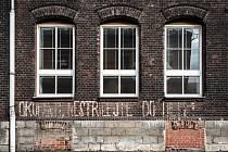 Nápisy z roku 68 na budově základní školy v ulici Šalounova v Ostravě-Vítkovicích.
