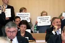 První zasedání nového krajského zastupitelstva v Ostravě provázely protesty veřejnosti