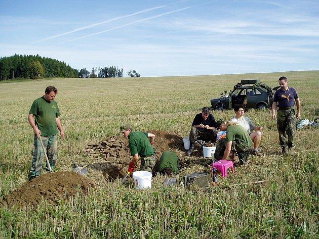Při hledání letadel sestřelených za druhé světové války se badatelé neobejdou bez pečlivého terénního výzkumumu. Jako třeba v roce 2011 při hledání havarované německé stíhačky u Starých Lublic.