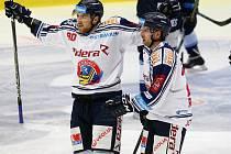 NÁVRAT S GÓLEM. Jakub Lev se v neděli představil poprvé na ledě mateřské Plzně, kde otevřel skóre zápasu. Na snímku vlevo se raduje s Ondřejem Romanem.