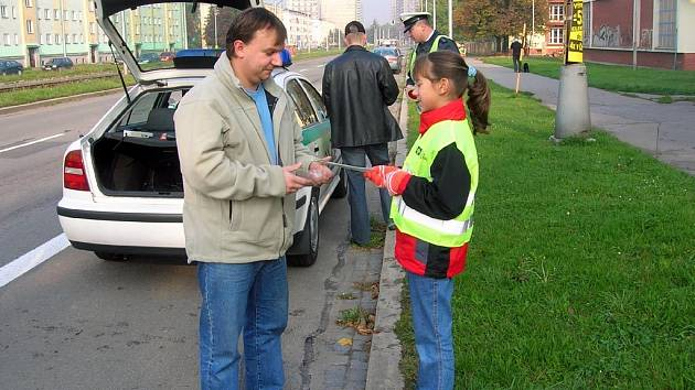 Policejní razie na neukázněné řidiče se v Ostravě-Hrabůvce zúčastnili i školáci