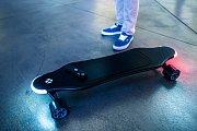 Unikátní skateboard s umělou inteligencí, která vyhledává ideální trasu.
