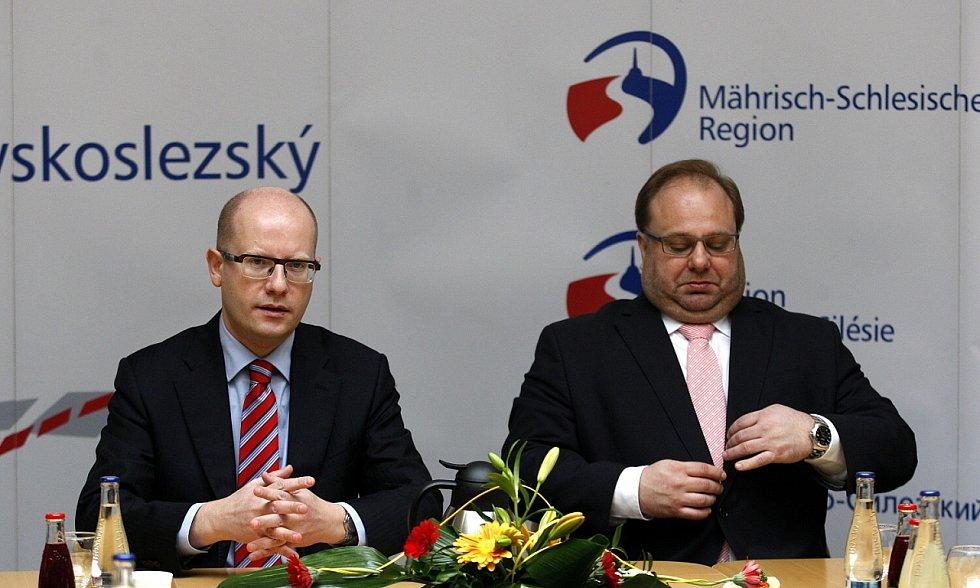 Premiér České republiky Bohuslav Sobotka s hejtmanem Moravskoslezského kraje Miroslavem Novákem.