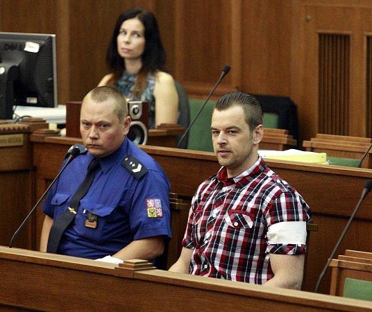 UKrajského soudu vOstravě vpondělí začal zřejmě nesledovanější proces roku. Před trestním senátem stanul Petr Kramný (37let) zKarviné, který je obžalovaný zdvojnásobné vraždy.