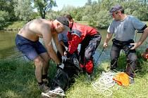 Utonulé mladíky vytáhli z řeky hasiči a policejní potápěči.