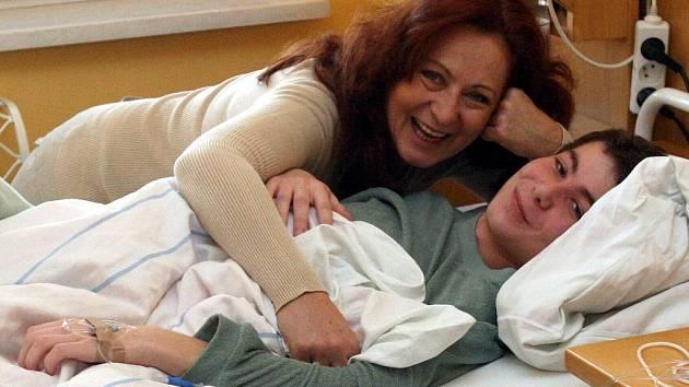 Herečka Simona Stašová udělala malým pacientům oddělení hematologie Fakultní nemocnice Ostrava předčasného Mikuláše.