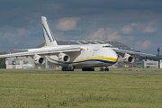 An-124 Ruslan na letišti v Mošnově.