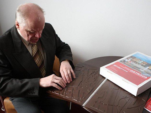 Karel Kurland z TyfloCentra Ostrava zkouší číst z nových reliéfních map, které pro nevidomé a slabozraké občany nechali vyrobit ostravští radní.