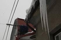 Muž ve čtvrtek odstraňoval led ze střechy svého rodinného domu ve Slezské Ostravě.